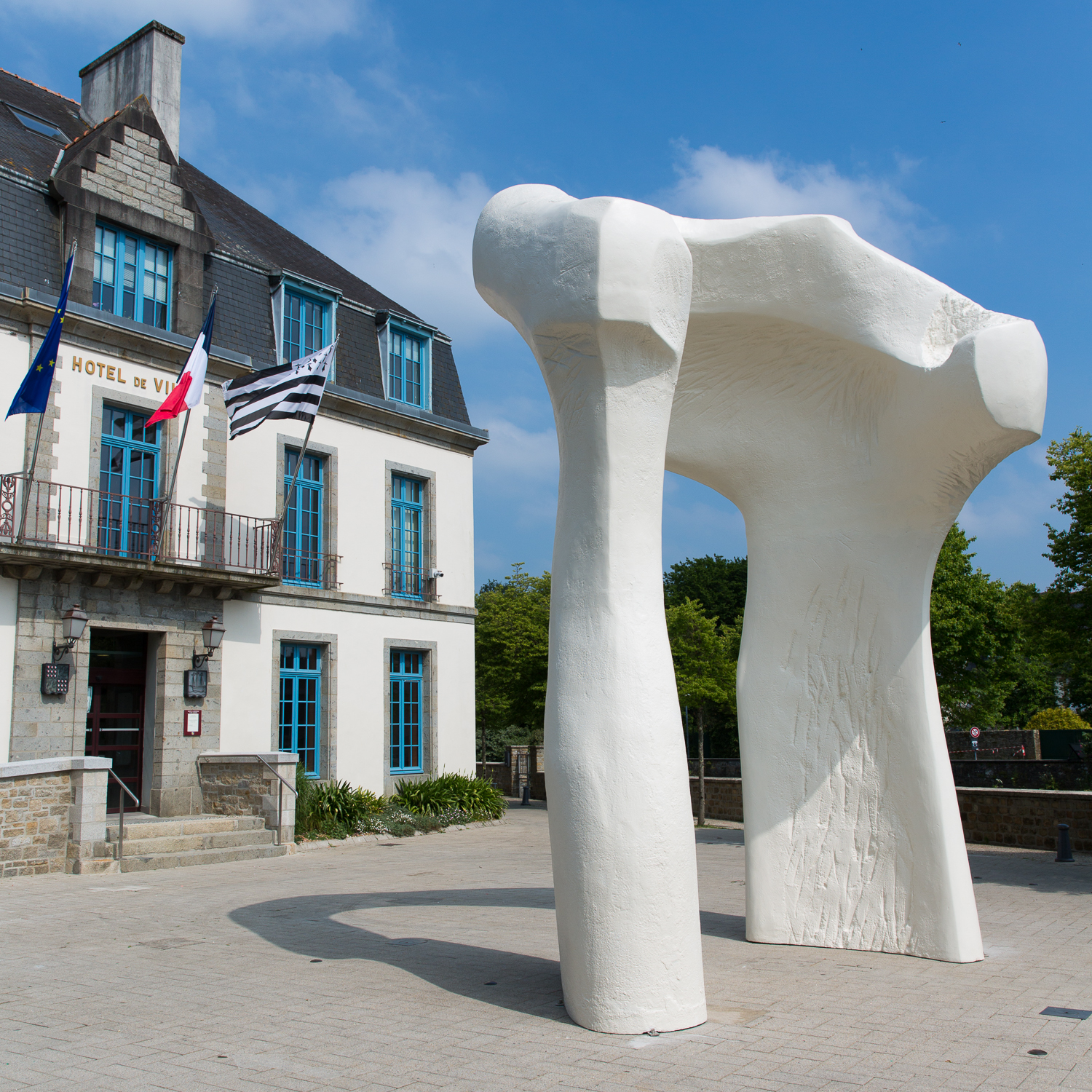 The_Arch__1963_1969__Henry_Moore_Place_de_la_Mairie_Landerneau._Reproduit_avec_l_autorisation_de_la_Henry_Moore_Foundation_Photo_N._Savale___FHEL__2018_HD.jpg